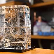 純氷だけでなく、栃木県日光市にある老舗の蔵元「松月氷室」の希少な天然氷を使ったかき氷も楽しめます。天然氷でしか出せないきめ細やかでふわふわとした食感は、口に入れた途端にとろけてしまうほど繊細です。