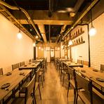 木目調の落ち着いた店内はモダンな雰囲気。大人数での宴会にも対応できるので、地域の集まりや同窓会などにオススメ。美味しい料理とお酒で気の置けない仲間との時間が楽しく過ごせます。