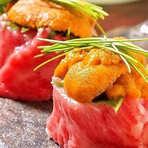 毎日市場で仕入れている朝どれの新鮮な魚介類。食材の旨さを最大限に引き出し、至高のヒトサラに仕上げるシェフの腕が冴えわたります。刺身、お寿司、焼き魚や揚物と、様々な食感と味を堪能することができます。