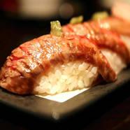 肉と魚介類の旨さの融合『牛のうにく寿司(2貫)』