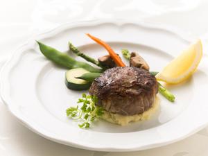 「網脂」が肉汁をしっかりと閉じ込めた『ルセット特製三種肉ハンバーグ』