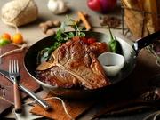 T字形の骨の左右にサーロインとフヒレが並ぶ「Tボーンステーキ」は、一度で2つの部位を味わえる、欲張りなおいしさ!肉好きの方はぜひ一度ご賞味ください◎