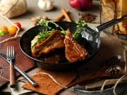 バックリブはアバラ骨の上側(背中側)の部位になります。脂肪分が少なく、柔らかいのが特徴で日本人好みのお肉になっております!自家製BBQソースの甘辛さが食欲をそそる逸品となっております。