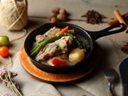アイスバインとは豚肉を塩漬けにし、ハーブと共に煮込んだドイツの家庭料理。しっかりと茹でてあり、ハーブや塩気の爽やかさで適度にさっぱりとしていながらコラーゲンのぷるぷる感も楽しめる一品