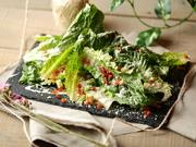 葉に厚みがあり、サクッとした歯ごたえがたのしめるロメインレタス。シーザードレッシングと粉チーズをたっぷりかけてお召し上がりください。