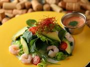 プリプリのエビとアボカドに自家製のビネグレッドソースをかけた色鮮やかなサラダ。アボカド好きにはたまらない一品