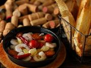 色鮮やかなコチラのエビとトマトのアヒージョ。エビのプリプリ感とトマトの酸味がたまらない一品