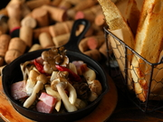 厚切りのベーコンと種類豊富なキノコたち。ほどよく効いたニンニクが食材の旨味をさらに引き立てます