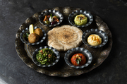 地中海アラビア諸国の伝統的前菜料理の盛り合わせ。・フムス(レバノン)・ムタバル(シリア)・タブーリ(レバノン)・オリーブのマリネ(エジプト)・ファラフェル(パレスチナ)