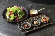 南エストラゴンと3種類のハーブにブールブランを組み合わせたラヴィゴットソースを柔らかく仕上げたメカジキに合わせた南フランスの魚料理。