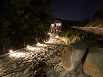 入口に続く石畳に想いを馳せるラグジュアリーなアプローチ