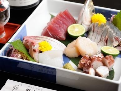 明石名物「午網」で仕入れた鮮魚が集う『お刺身盛合わせ(大)』