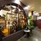 茶器や調度品が並ぶ飾り棚が、一際目を引くエントランス