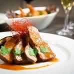 スポットライトのように照らされたテーブルとフェイク暖炉の火の揺らぎがロマンティックな空間を演出。包み込まれるような広いソファー席は二人の隔たりを無くし、グッと二人の距離を近づけます。