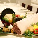 大麦ベースの飼料により豚肉独特の臭みがなく、きめ細かやでジューシーなブランド豚「サチク麦王」。これを軟らかく風味豊になるまで熟成させたものを使用。旬の野菜とローストすることで肉も野菜も旨みが増します。