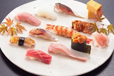 季節感あふれる美しい盛り付けとともに味わう『お値打ちにぎり鮨』トロ・ウニ入り9貫