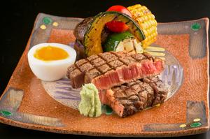 秀逸な食材を、心行くまで堪能できる『山形牛フィレステーキ(100グラム)』