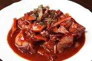 濃厚な逸品『鶏肉の赤ワイン煮込み』