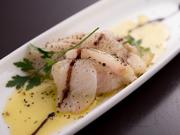 市場から直接仕入れた新鮮な真鯛を使用して作るカルパッチョ。風味の良いハーブ塩を振りかけた後、軽くバーナーで炙ってあります。身が引き締まった真鯛そのものの味を楽しむことが出来る一品です。