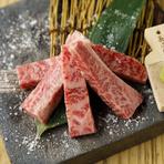 黒毛和牛を厳選。宮崎牛ならではのしつこくない脂の風味が特徴です。上品な脂の甘味は、山葵醤油との相性抜群。柔らかく、口の中でまさにとろけるようです。