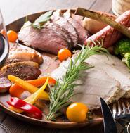 お腹いっぱいになるまで楽しめる『肉盛りプレート』