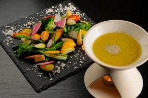 契約農家直送の旬な野菜が堪能できる『季節の10種野菜 豆乳バーニャカウダソースで』