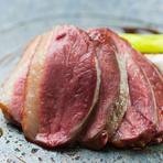 火加減にもこだわり抜かれた、旨味たっぷりな真鴨の肉をレアでいただく『真鴨と九条ネギの炭火焼』