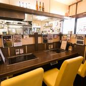カップルシートとしても利用できる、横並びのテーブル席