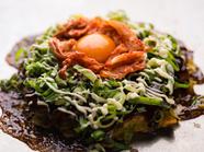 2種類のキムチの辛さとマイルドな辛味がクセになる、大人の逸品『Wキムチ玉』