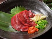 会津産の馬肉がメイン。とろけるような赤身が特徴で、あっさりとした味わいです。お酒との相性も抜群。味噌に唐辛子とニンニクを混ぜ合わせた「辛味噌」と醤油でどうぞ。