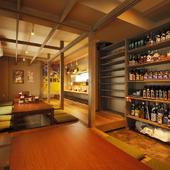 店内全景。さまざまなボトルが並ぶ棚