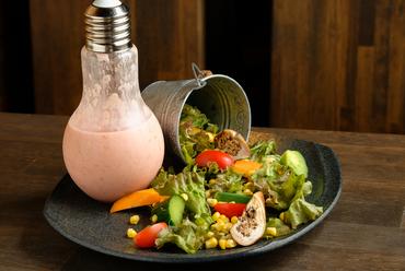 季節の食材を使った手作りドレッシングでいただく『自家製ドレッシングのサラダ』