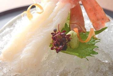 店内の生け簀のズワイ蟹をそのまま捌く、活ズワイ蟹を使った絶品『蟹刺し』