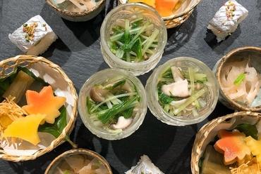 和歌山県中心の「朝獲れ鮮魚」が一同に並ぶ。職人の技が生んだ季節感たっぷりの『造り盛り合わせ(五種)』