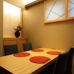 カジュアルで落ち着いた雰囲気の店内には、カウンター席が6席、個室が1部屋あります。カウンターとは変わり、和を基調とした上質な個室は特別なおもてなしに最適の空間。料理とお酒をゆったりと楽しめます。