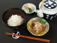 その日仕入れられる新鮮な天然鯛を贅沢に使用。濃厚な胡麻醤油とシンプルなお出汁がたまらない『鯛茶漬け』
