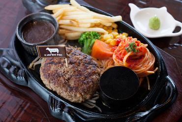 2種類のソースで異なる味わいが楽しめる『黒毛和牛100%ハンバーグ』180g