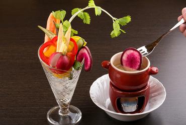 白味噌が隠し味!濃厚ソースで旬野菜を満喫『濃厚バーニャカウダ ~季節の野菜パフェ~』