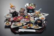 鳥取県内で修業を積み、鳥取の食材に精通する料理長が腕を振るうコースです。鍋物や焼物、天婦羅など人気の和食が勢ぞろいしています。