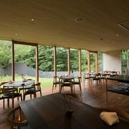 東大寺旧境内跡地の350坪が店の敷地。ガラス張りのモダンなダイニングの外には、芝が美しい庭が広がり、その先には東大寺の森がゆったりと佇みます。奈良の歴史、古代と今の時空に思いを馳せられる空間です。