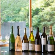 料理にきれいに寄り添う銘柄を厳選した、グラスで楽しむ「ワインコース」が好評。昼は5種5000円~、夜は7~8種8000円~。伝統の味からモダンなものまで世界のワインが揃い、奈良の地酒が登場することも。