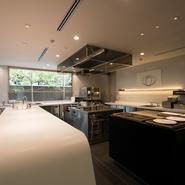 自然の恵みである食材と調理の過程も、料理の大切なストーリー。その醍醐味を感じられるよう、ダイニングの一画には広いオープンキッチンを設え。信楽焼の白い器やオリジナルのガラス食器も、料理の物語性の一つに。
