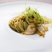 海藻を練り込み、海の香りを感じる奈良の食材「手延べ海藻麺」と、アワビ、アワビの肝のソースを合わせた冷製パスタ。アワビの磯の香りと食感、麺の冷たい喉越しが調和し、海のイメージが自然に頭に浮かびます。