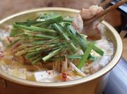 こだわりのダシは、牛すじと野菜をコトコト8時間煮込んで作ったコクのある醤油だし 主役のもつは、新鮮なプルプル牛ホルモンを使用。 ニンニクや辛みが少なく甘みある韓国唐辛子の効果もあって、身体もぽっかぽか!