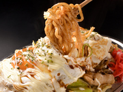 焼きそばのポイントともいえる麺は、もちもちした太麺を使っているのでボリュームも満点。そしてソースは独自配合したどこか懐かを感じさせるオリジナルソースです。お好みでネギや目玉焼きなども追加可能です。