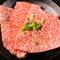 落ち着いた雰囲気のゆとりの座席で、上質な肉をゆっくり味わう