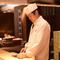 料理人の技を間近に望むカウンター席は、お一人様の特等席