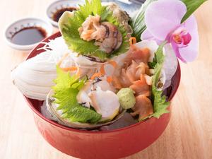 海女士が獲る旬の貝類を3種類の盛り合せでいただく『レオタード漁 本日の貝』
