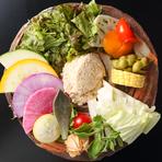 朝仕入れたばかりの新鮮な野菜がふんだんに使われています。スフレ状にしたごまドレッシングも人気。ふんわりと軽い口当たりで、野菜にしっかり絡まって、素材の甘みや苦みを引き立ててくれます。