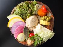 旬の野菜約20種類を鮮やかに盛り付けた『季節のサラダ』